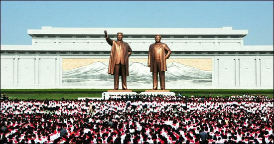 En 2012, les statues des deux défunts dictateurs nord-coréens ont été érigées sur la colline Mansudae qui domine la capitale du pays, Pyongyang. Qui sont ces deux dirigeants controversés ?