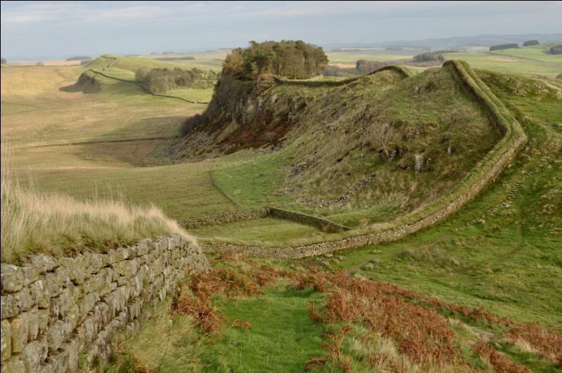 Quel empereur romain donna t-il son nom à ce mur, bâti de 122 à 128 pour empêcher les Pictes d'Ecosse de pénétrer en Angleterre ?