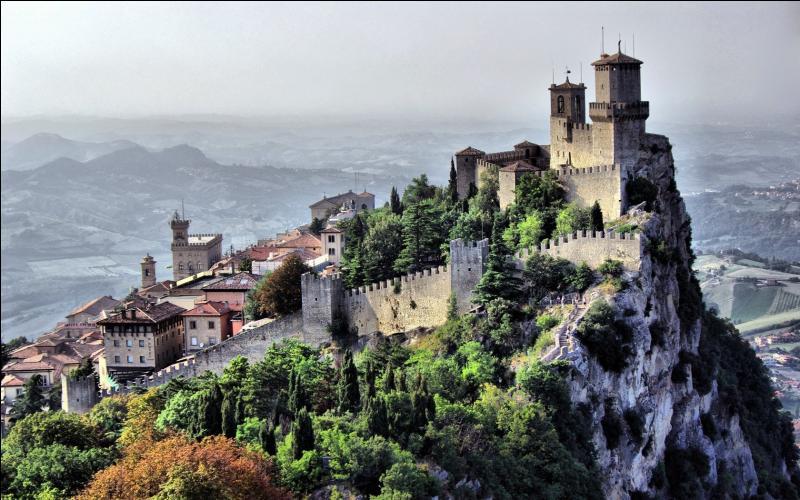 La minuscule République de Saint-Marin possède t-elle une façade méditerranéenne ?
