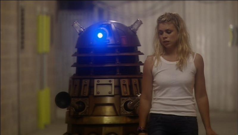 Dans l'épisode  Dalek  (1 x 6), que fait Rose au Dalek ?