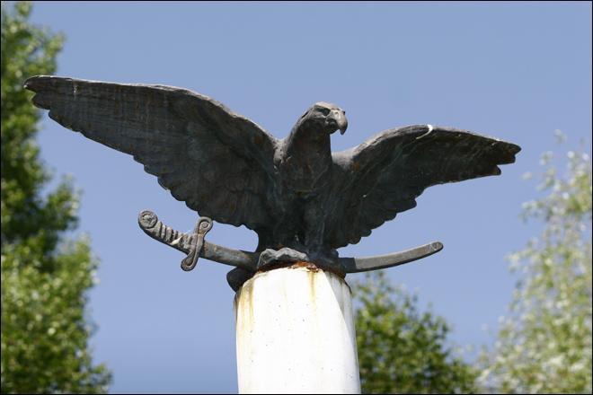 Pour les magyars (le groupe ethnique hongrois), un oiseau mythologique serait le messager de Dieu. Quel est cet animal imaginaire, symbole de la Hongrie ?