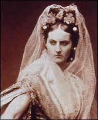 Je me nomme Virginia Oldoïni, comtesse née à La Spézia (Italie), espionne, aristocrate piémontaise et maîtresse de Napoléon III de 1856 à 1857. Considérée comme une des plus belles femmes de mon époque, je deviens, dans les années 1880, neurasthénique et misanthropique. Je m'éteins à Paris le 28 novembre 1899 dans l'anonymat le plus complet. Je repose dans la division n°85, je me nomme :