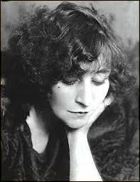 Née à Saint Sauveur-en-Puissaye (Yonne) en 1873, romancière, élue membre de l'Académie Goncourt en 1945, on me doit des œuvres comme  Claudine à l'école  en 1900. Connue pour ma bisexualité assumée, cela ne m'empêche pas de me marier 3 fois. Je m'éteins en 1954 à Paris et suis la 1re femme à qui la République accorde des obsèques nationales. Inhumée dans la division n°4 avec ma fille, je suis :