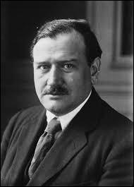 Politicien, je suis né à Carpentras (Vaucluse) en juin 1884. Député de 1919 à 1940 puis de 1946 à 1958, plusieurs fois président du Conseil des ministres de 1933 à 1940, j'occupe aussi pendant cette période, entre autres, les rôles de ministre de la guerre, des affaires étrangères et 2 fois celui de la défense nationale. Je m'éteins à Paris en 1970 et repose dans la division n°72, je suis :