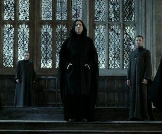 Enfin, dans  Harry Potter et les reliques de la mort  (Partie II), qui demande à ce qu'on lui transmette des informations sur Harry Potter qui aurait été vu à Pré-au-Lard ?