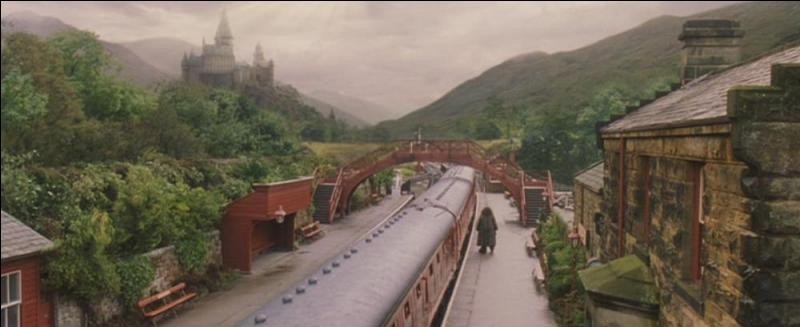 Célèbre village habité uniquement par des sorciers, Pré-au-Lard dispose d'une gare. Par quel train, faisant la navette entre Poudlard et Londres, cette gare est-elle desservie ?