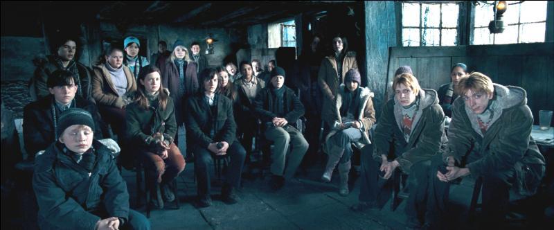 Il est possible aussi de se restaurer à Pré-au-Lard. Parmi les auberges, il y a  La Tête de Sanglier . Quel événement important de la saga  Harry Potter  se déroule dans cette auberge ?