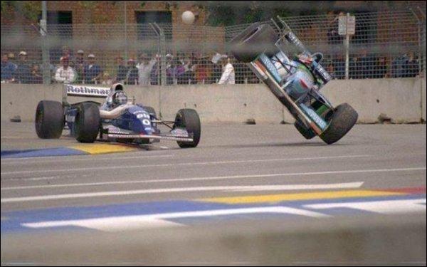 Lors du Grand Prix de 1994, quel pilote, alors deuxième au classement, heurta-t-il à l'entrée d'un virage ?