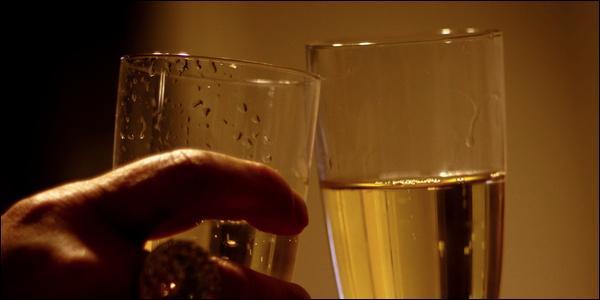 Tout à coup un bouchon saute, et de joyeux fêtards trinquent tous ensemble. Vous dénombrez 28 tintements de verres. Combien y a t-il de convives ?