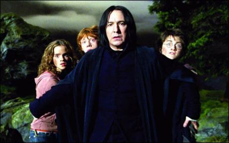 Vers la fin du troisième film, Severus Rogue tente de livrer Sirius Black aux Détraqueurs, sans succès. Alors qu'il remonte avec Harry Potter et ses amis de la Cabane hurlante, Remus Lupin se transforme en loup-garou. Que décide Severus Rogue ?