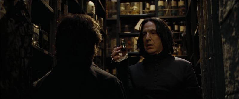 Dans  Harry Potter et la coupe de feu , Severus Rogue pense que Harry Potter cherche à voler du Polynectar dans sa réserve personnelle. Qui volait en fait dans la réserve de Severus Rogue ?