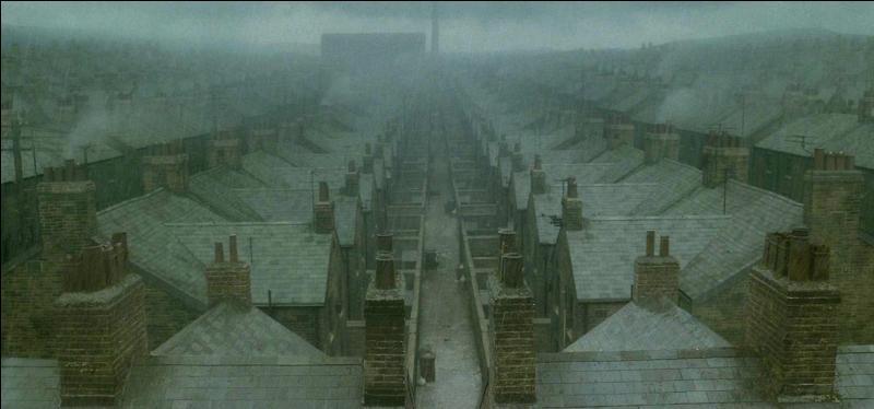 Dans quelle rue d'une pauvre ville ouvrière située au Royaume-Uni Severus Rogue a-t-il vu le jour, en 1960, au sein d'une petite famille au caractère plutôt négligent ?