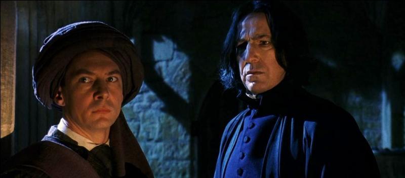 Une nuit, alors que Harry Potter est caché sous la cape d'invisibilité et cherche des informations sur la Pierre philososphale, il surprend une discussion entre Severus Rogue et Quirinus Quirrell. Que Severus Rogue dit-il à ce dernier ?