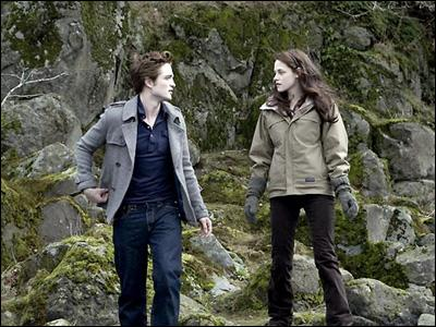 Où Edward a t-il adréssé la parole pour la premiere fois à Bella ?