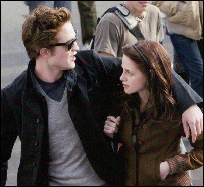 Dans Fascination, que répond Bella lorsque Edward lui demande quelle est sa pierre préférée ?