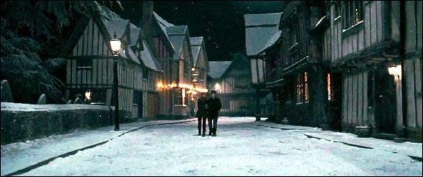 Quel nom porte le village dans lequel sont nés Godric Gryffondor et Harry Potter, nom donné en hommage au fondateur de l'une des quatre maisons de Poudlard ?