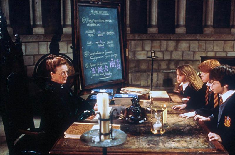 Minerva McGonagall, professeur de Poudlard connu pour être stricte et rigoureuse, assure la direction de la maison depuis 1970. Quel cours dispense-t-elle à Poudlard ?