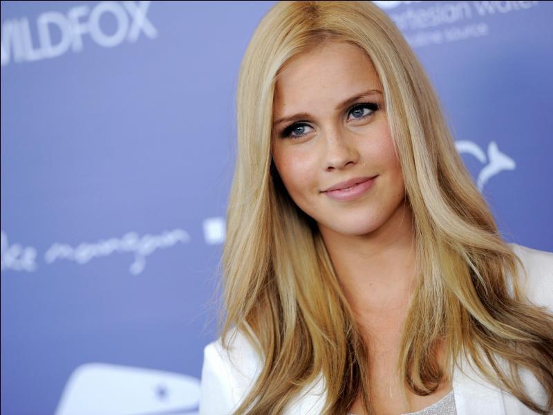 Dans quelle série trouve-t-on cette actrice, incarnant une jeune blonde sulfureuse ?
