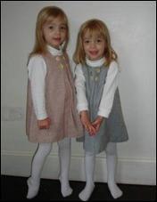 Comment s'appellent ses deux demi-sœurs jumelles ?
