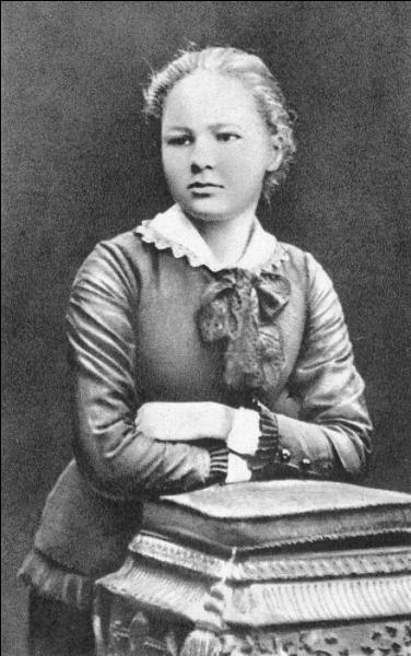 A vous de trouver qui est cette jeune femme. Elle sera mondialement connue sous son nom d'épouse. Elle sera récompensée par deux fois du prix Nobel.