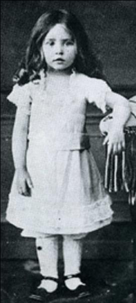 Son vrai prénom est Sidonie Gabrielle. C'est une romancière française. Elle a été l'épouse d'un homme qui n'a pas hésité à la berner. Qui est cette jeune fille ?