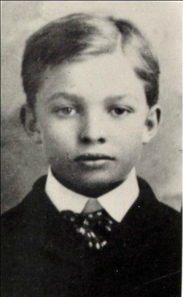Ce jeune homme ne sait pas encore que son nom sera lié au « Jour-J », 54 ans après sa naissance. Pour vous aider, il est né la même année que celui qui le nommera Compagnon. Qui est-il ?