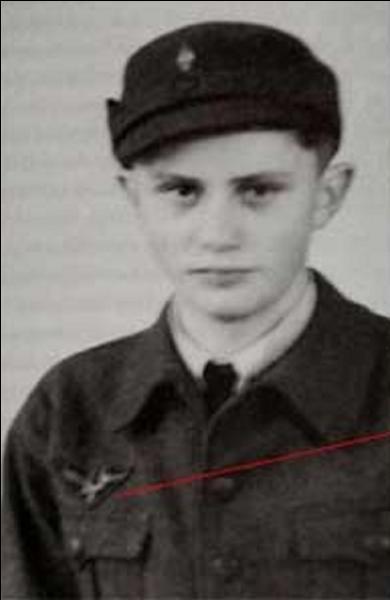 Dans cet uniforme des jeunesses hitlériennes, on ne croirait pas que ce jeune homme deviendrait la sommité d'une des plus importantes religions de l'histoire. Qui est-il ?