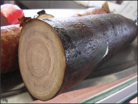 La dernière couche de l'andouille de Guémené est constituée par une baudruche de bœuf qui est :