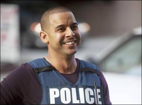 Lieutenant, interprété par Jon Huertas, qui est ce collègue et ami du héros ?