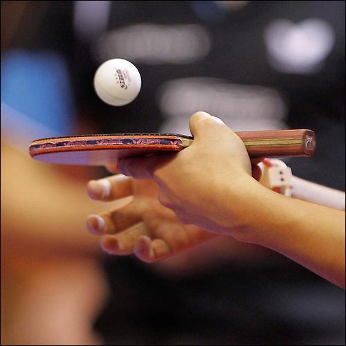 Comment s'appelle l'action, au tennis ou au pingpong, de jouer une balle très douce par surprise alors que l'adversaire est généralement loin de celle-ci ?