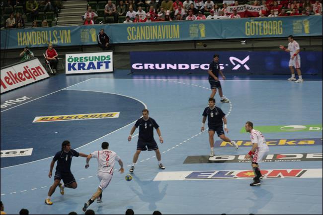 Quand l'arbitre, au handball ou au football, par exemple, siffle-t-il un  corner  ?