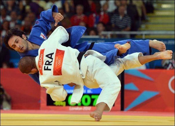 Comment s'appelle l'action de gagner par immobilisation totale de son adversaire, au judo ?