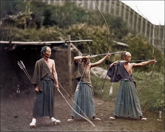 Comment s'appelle l'art martial japonais, concernant le tir à l'arc ?