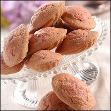 Une partie de la farine a été remplacée par de la poudre de biscuit rose, tout en conservant la texture moelleuse de la madeleine.