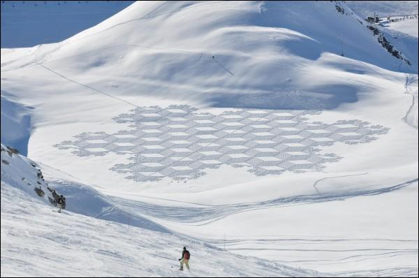 Ces dessins dans la neige ont été faits avec des skis.
