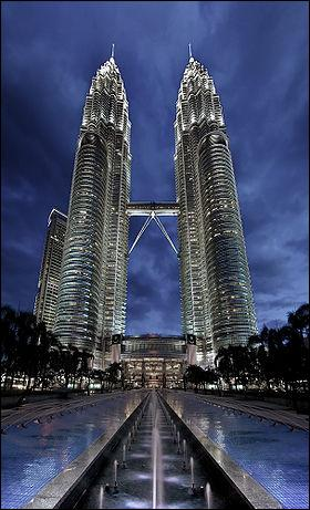 Où se trouvent les tours jumelles Petronas ?