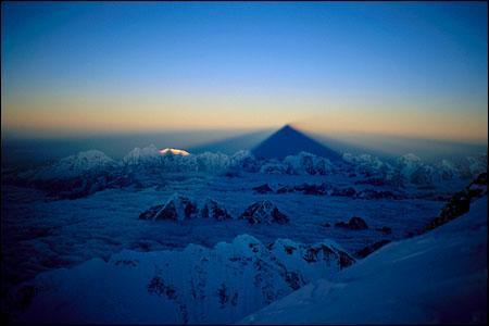 À l'aube d'une journée de l'année 1996, l'Everest projette son ombre pyramidale. L'alpiniste --------- en fit une photo éblouissante.
