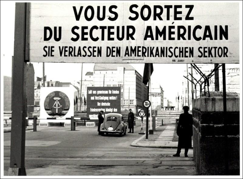 Chanteur américain, il effectue son service militaire en Allemagne, hors conflit :