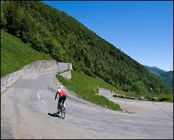 Lequel de ces cols cyclistes de France culmine à l'altitude la plus basse ?