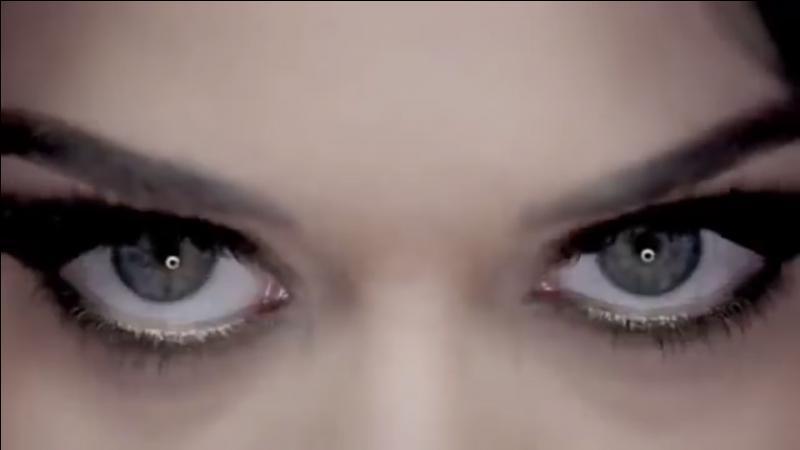 Et moi, je suis l'égérie du parfum Killer Queen. Qui suis-je ?