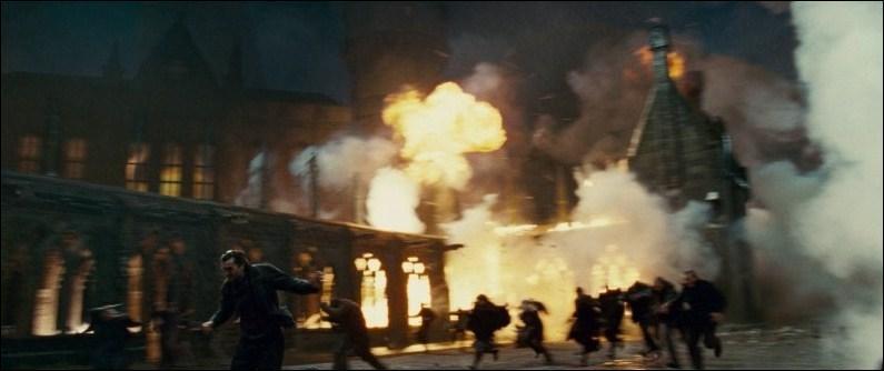 Alors que les Rafleurs sont hors d'état de nuire, Minerva McGonagall et Filius Flitwick, malgré l'aide des statues, ne parviennent pas à contenir les assauts des Mangemorts qui détruisent le viaduc. Avec qui se sont alliés les partisans de Lord Voldemort lors de cette escarmouche ?