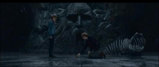 Au même moment, Ron Weasley et Hermione Granger, partis dans la Chambre des secrets, s'apprêtent à détruire la coupe de Helga Poufsouffle. De quelle manière Hermione Granger détruira-t-elle cet horcruxe ?