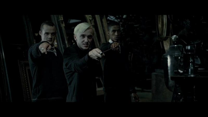 Harry Potter se dirige vers la Salle sur Demande. Il est rejoint par Ron Weasley et Hermione Granger. Quels sont les trois étudiants de Serpentard qu'ils retrouvent dans cet endroit, dans le film ?