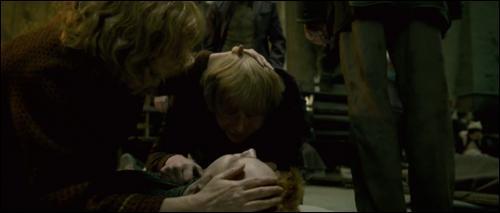 La bataille continue de faire rage entre les murs de Poudlard. Elle oppose toujours les sorciers de l'école et les assaillants. Dans quelles circonstances Fred Weasley perd-il la vie ?