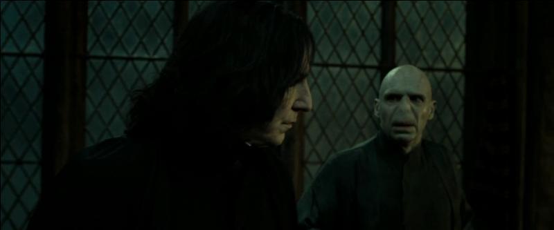 """Dans le film """"Harry Potter et les reliques de la mort"""" (Partie II), dans quel endroit de Poudlard Lord Voldemort se cache-t-il lorsqu'il s'entretient en privé avec Severus Rogue ?"""