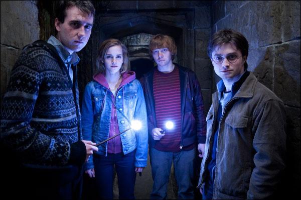 Harry Potter et ses amis vont pénétrer dans le château grâce à un passage secret partant de la maison d'Abelforth Dumbledore jusqu'à la Salle sur Demande. Quel élève de Poudlard organise cette infiltration vers l'enceinte de Poudlard ?