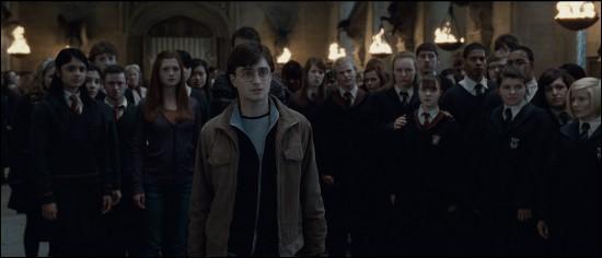 Lord Voldemort, qui a lui aussi convergé avec les Mangemorts vers Poudlard, formule un ultimatum. Il veut qu'on lui livre Harry Potter. Quelle étudiante de la maison Serpentard demande à ce qu'on l'attrape ?