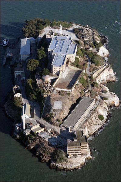 1er janvier 1934 : aux États-Unis, la prison d'Alcatraz passe des mains des militaires à celles des civils. Où était située cette prison fédérale qui accueillit des prisonniers célèbres (Al Capone, Alvis Karpis) ?