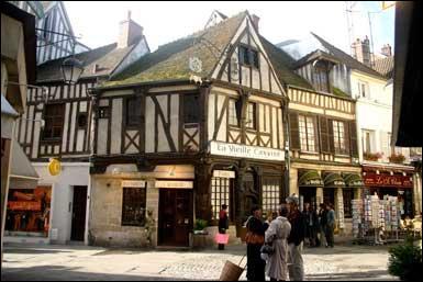 Continuons par le département de l'Oise (60), proche de Paris et qui fait partie de la région Picardie. Dans la liste suivante, quelle ville n'y est pas située ?