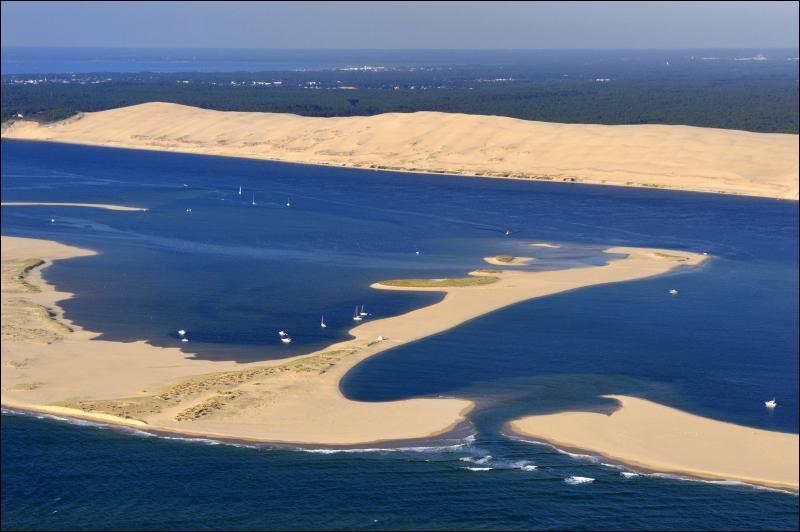 Bienvenue dans le département de la Gironde (33), connu pour ses plages et vignobles à perte de vue. Parmi les 4 villes suivantes, une n'en fait pas partie. Laquelle ?